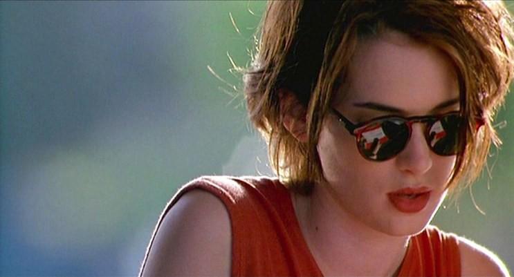 Winona Ryder super gatinha interpretando Lelaina no filme com um óculos escuros e corte de cabelo super anos 90
