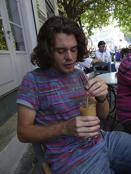 paul et son deuxième café frappé