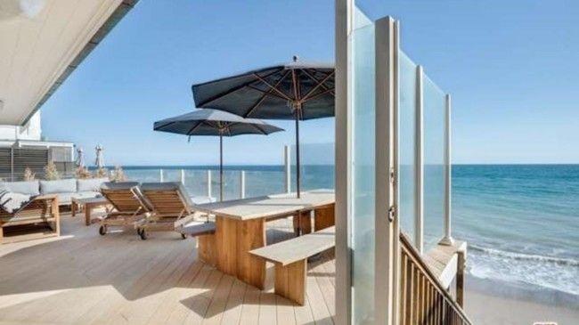 Пляжный дом с террасой на берегу Тихого океана