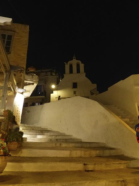 marches blanches et église naxos la nuit