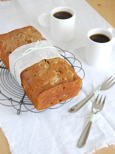 Apple and pecan gingerbread loaf / Bolo de gengibre, maçã e pecã | by Patricia Scarpin