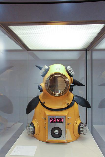 《アトムスーツ》 放射線をある程度防御できる放射能防護服。生体の中で感受性が高い頭部や胸部、腹部、生殖器などにガイガー・カウンターを取り付けて、外部環境を検知する。《アトムスーツ・プロジェクト》では、実際に着用し原発事故後のチェルノブイリ原発周辺を探訪した。