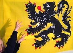 """Ein Mädchen """"kämpft"""" mit dem Löwen auf dem Wappen von Flandern. Foto: Dave Haygarth (flickr) Creative Commons Licence Namensnennung"""