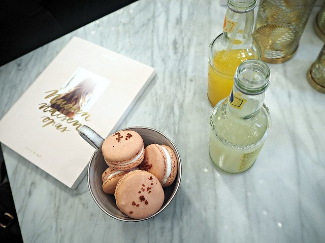alexadagmarkirjanuorennaisenopasP8295325, ekberg macarons, pink macarons, vaaleanpunaiset macaronssit, rasbperry, vadelma, rose, appelsiini juoma, orange drink, fentimans drink, book launch, a young womans guide, nuoren naisen opas, alexa dagmar, zarro, marble table, marmori pöytä,