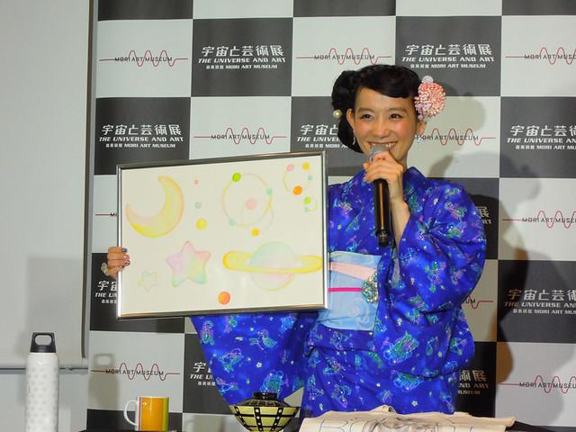 自分で描いた絵を披露する、篠原ともえさん_1