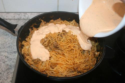 25 - Sauce zu Nudeln geben / Add sauce to noodles