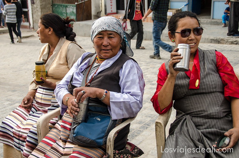 mujeres tibetanas tomando té en Leh