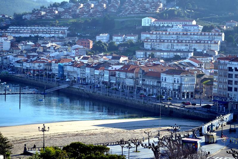 Vista de la rua Elduayen desde el castillo junto al puerto de Bayona