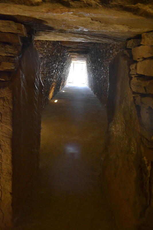 Durante el mediodia del Solsticio de Invierno la luz penetra hasta 34 metros en el interior.