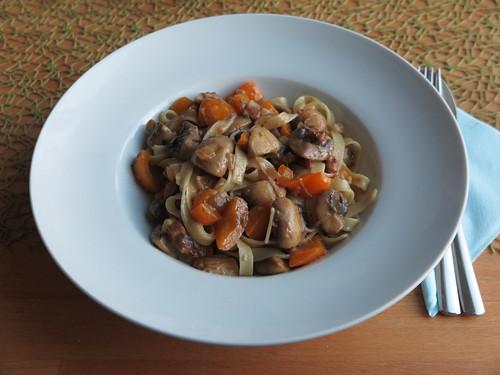 Tagliatelle mit einer Soße aus Champignons, Paprika, Speck und Mozzarella
