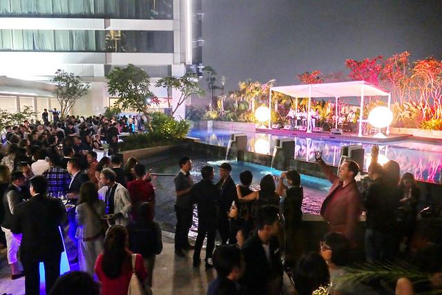 今回は会場がホテルということもあり、フェア終了後はプールサイドでのパーティーがありました。とても華やかでしたが、社交の場としては混みすぎたていたのが残念でした。