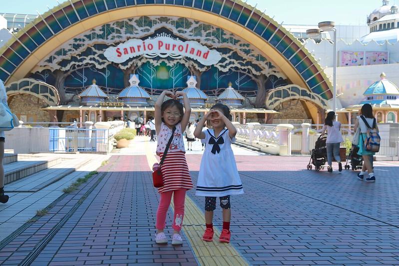 寶妹和Zoey在Sanrio樂園前
