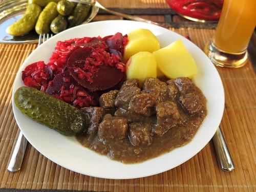 Westfälischer Pfefferpotthast mit Salzkartoffeln, Rote Bete Salat und Gewürzgurken (Teller)