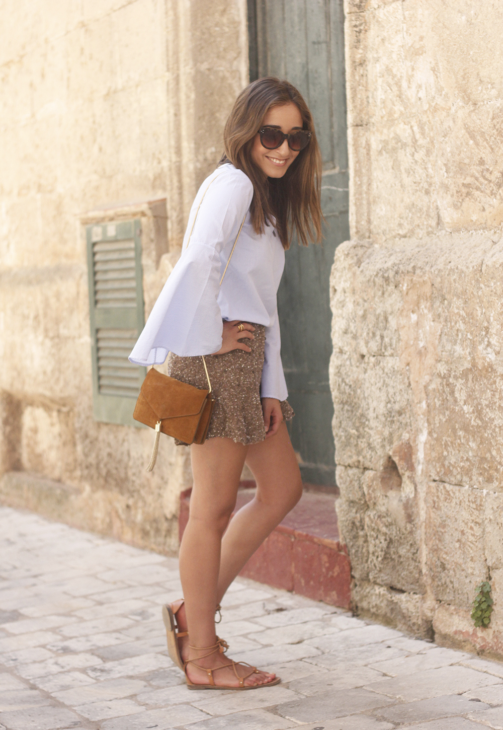 sequined shorts bell sleeves striped shirt summer flat sandals summer fashion outfit25