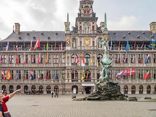 Brabobrunnen vor dem Rathaus Antwerpen