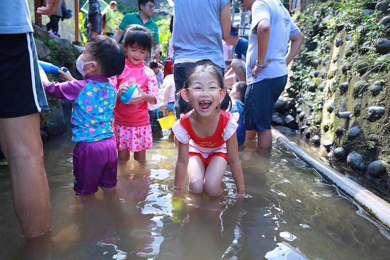 寶妹玩水趣