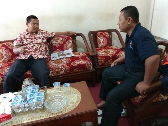 Wartawan JTV Agus Bondan tengah berdiskusi dengan Ketua KPU Tulungagung Suprihno(7/10)