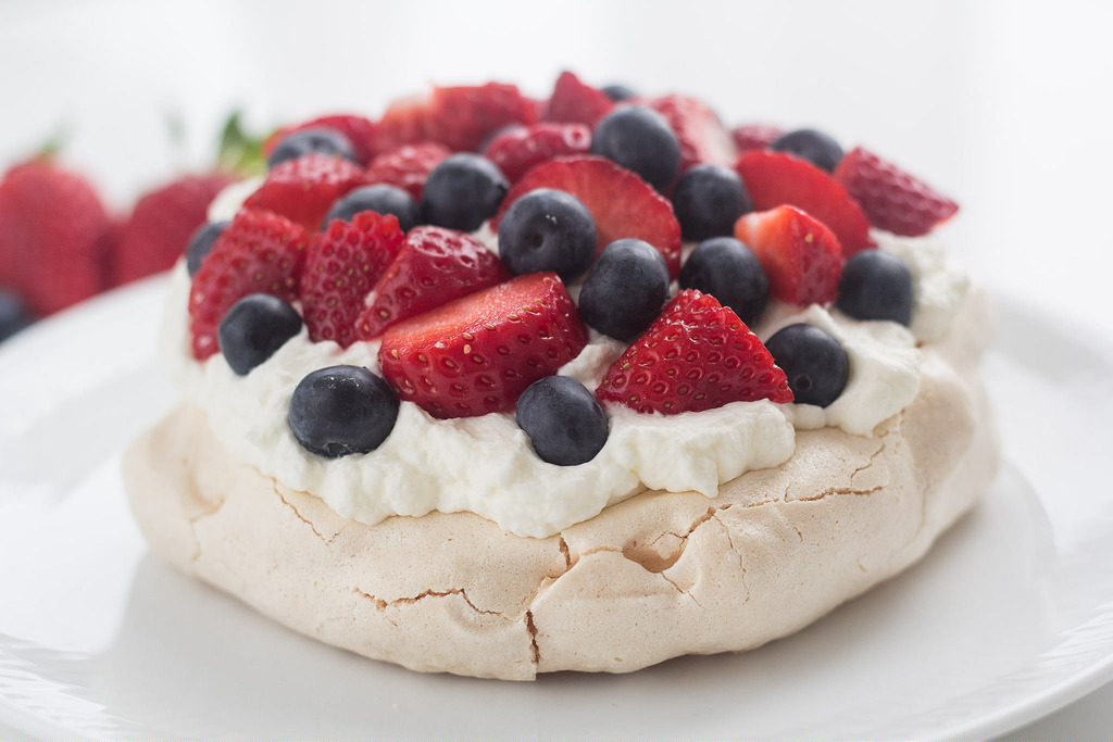 Recipe for Homemade Mini Pavlova with Strawberry and Blueberry