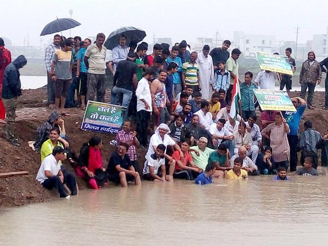 पीपल्याहाना तालाब में जल सत्याग्रह करते स्थानीय लोग