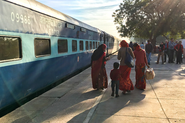 Passengers getting off at a station on the way to Jaisalmer, India ジャイサルメール行きの列車の途中駅で休憩中の下車する人々