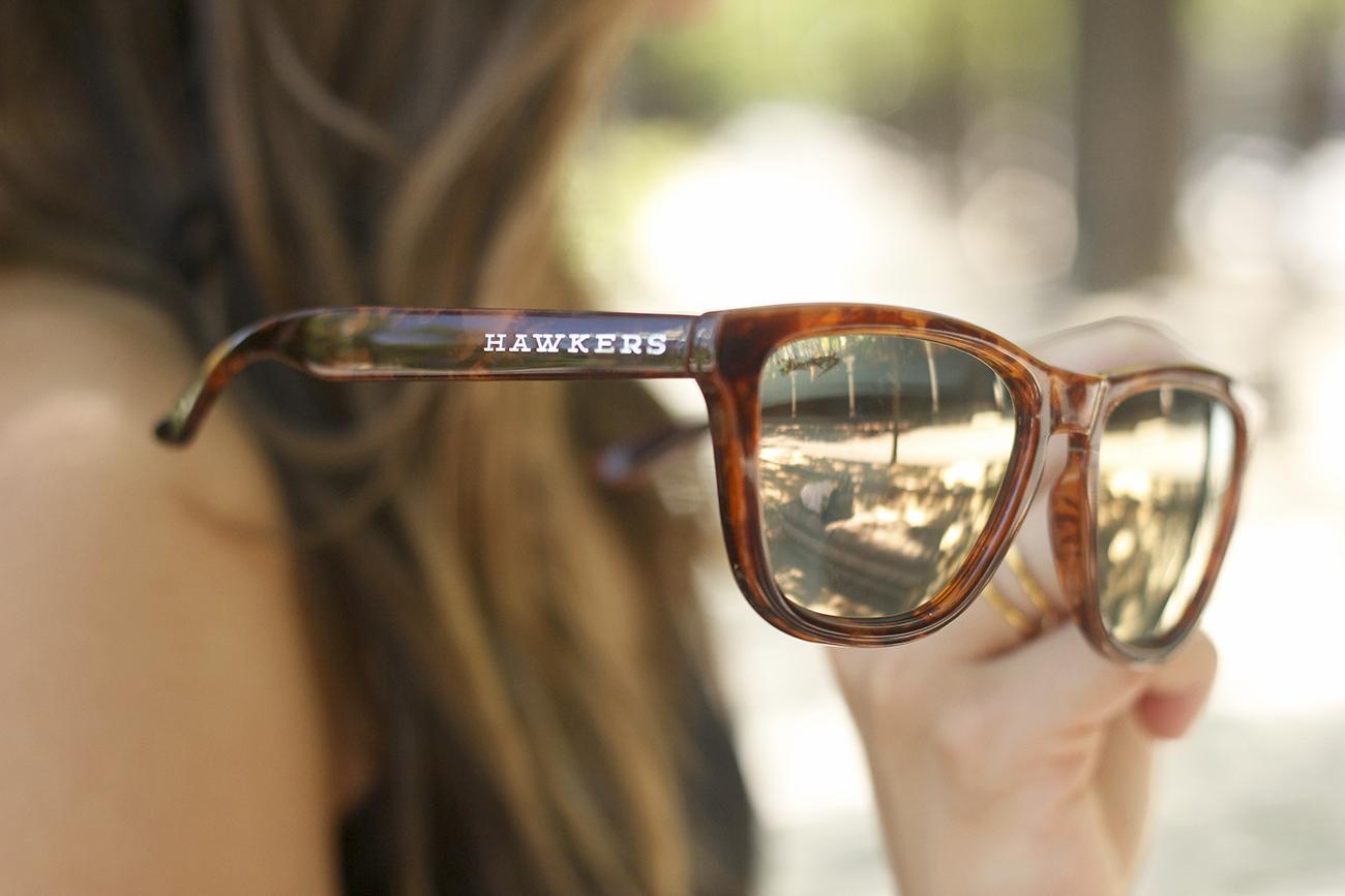 gafas de sol hawkers black lace top tropical print shorts summer outfit heels furla bag sunnies accessories09