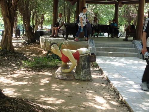 trang-an-disturbing-statue