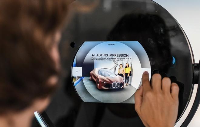 [新聞照片三]BMW i展區將提供專為BMW 100周年所設計的Vision Gate 擴增實境(Augmented Reality) 照相機,讓觀展者與BMW VISION NEXT 100概念車合影