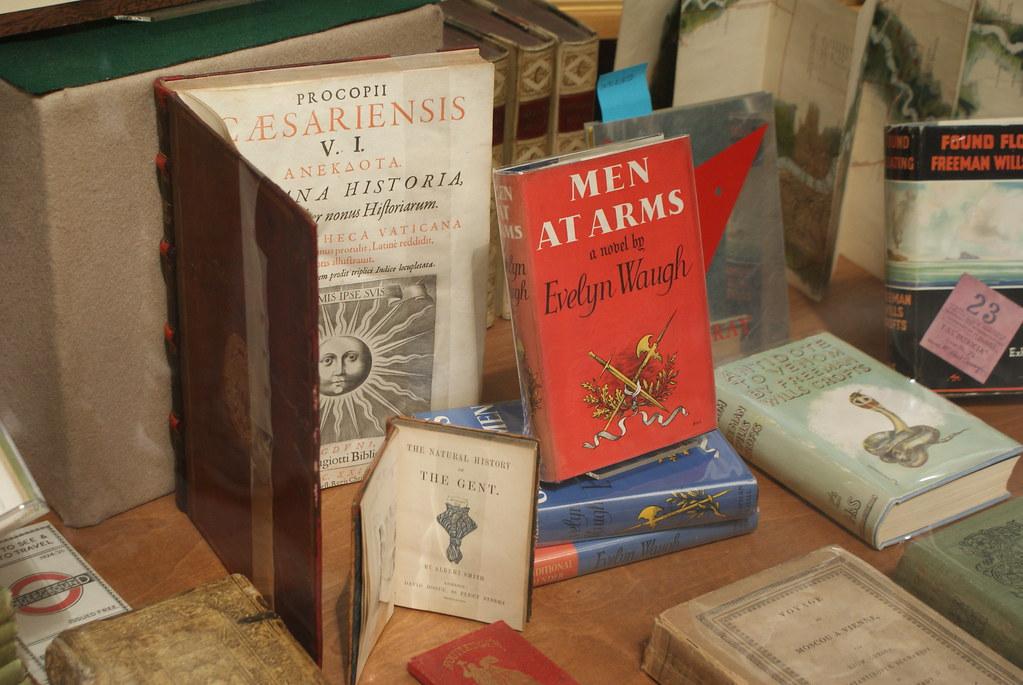 Vitrine d'un libraire de livre rare et ancien dans Cecil Court à Londres.