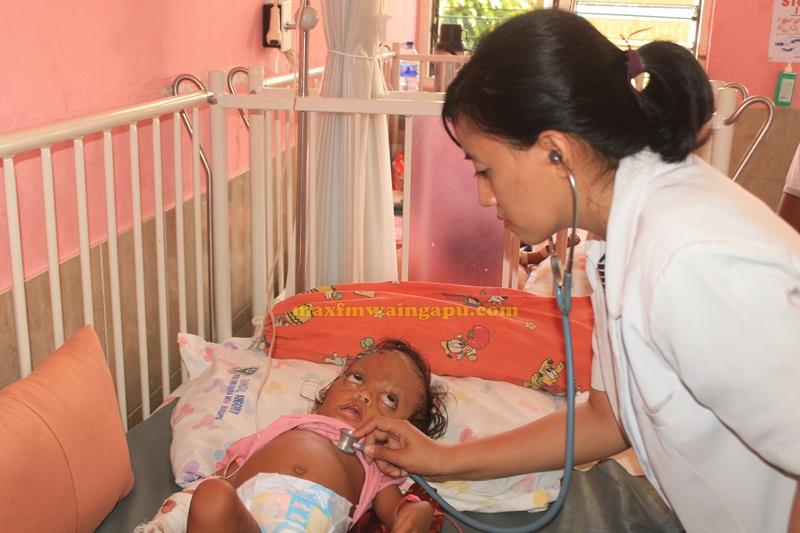 Dr. Ervan Memeriksa Bayi Sinta di RSUD Umbu Rara Meha Sumba Timur