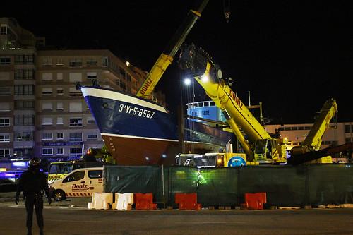 Las grúas plegándose tras depositar el barco en la glorieta de Coya