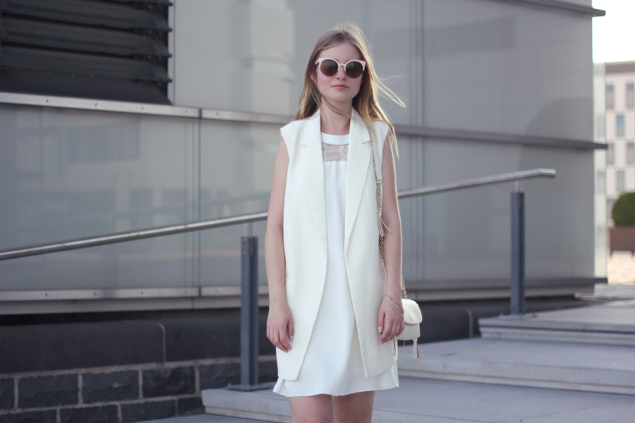 outfit all white everything kleid weste umhängetasche cat eye sonnenbrille fashionblog