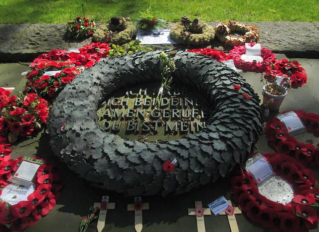 Langemark War Cemetery, Stone Wreath