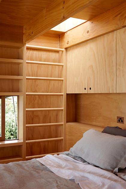Спальня на втором уровне в избе на колесах Кроссона Кларка
