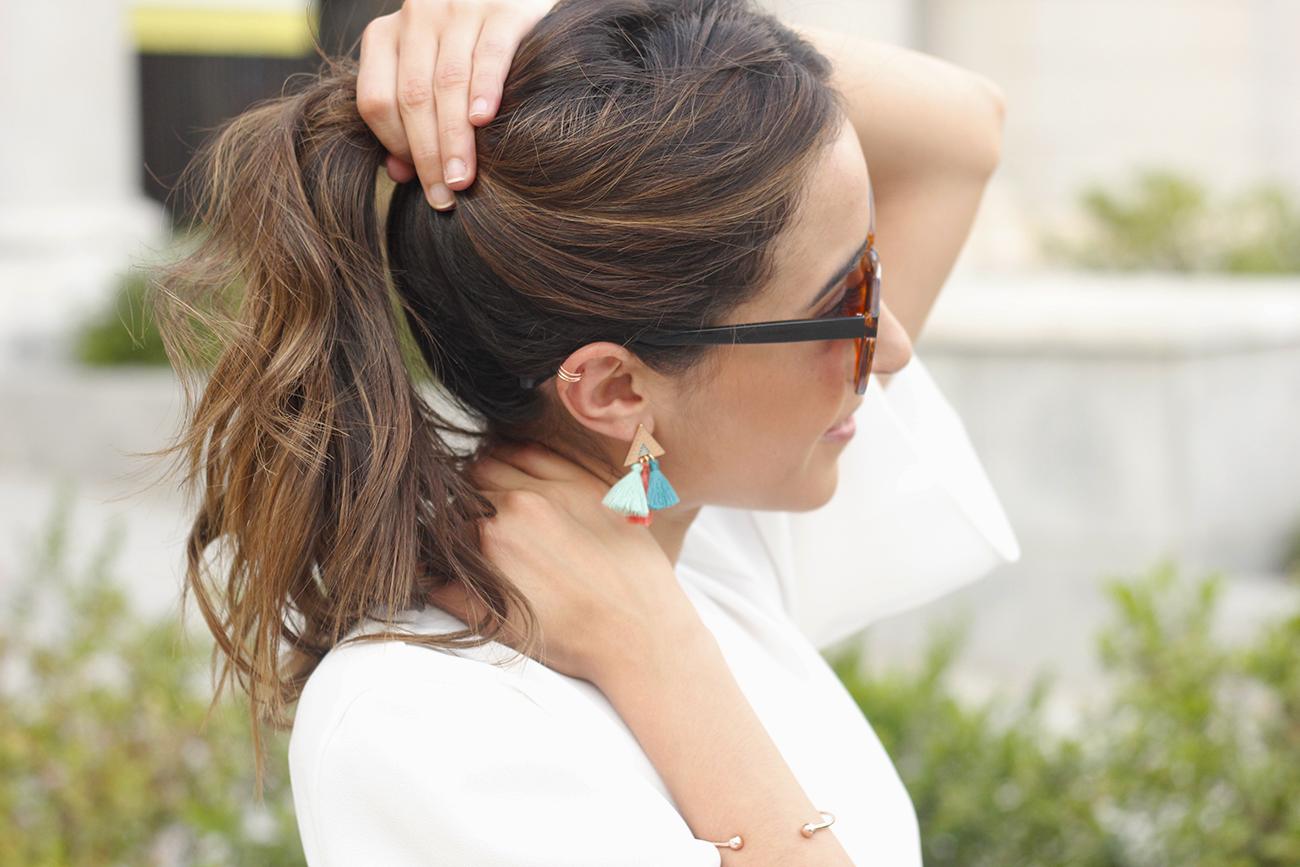 White blouse jeans earrings pompoms pendientes de pompones jewellery corte ingles joyería verano summer outfit style3