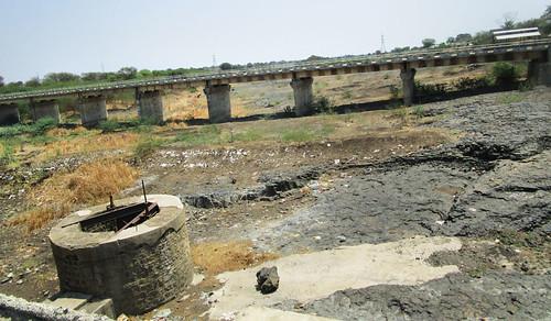 लातूर जिले के नजगिरी बांध के पास सूखे मंजीरा नदी पर निष्क्रिय जैकवेल