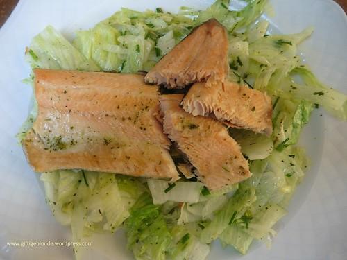 Lachsforellenfilet auf Blattsalat (2)