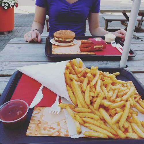 We hadden een hongerke. #latergram #zusjes #frietkot