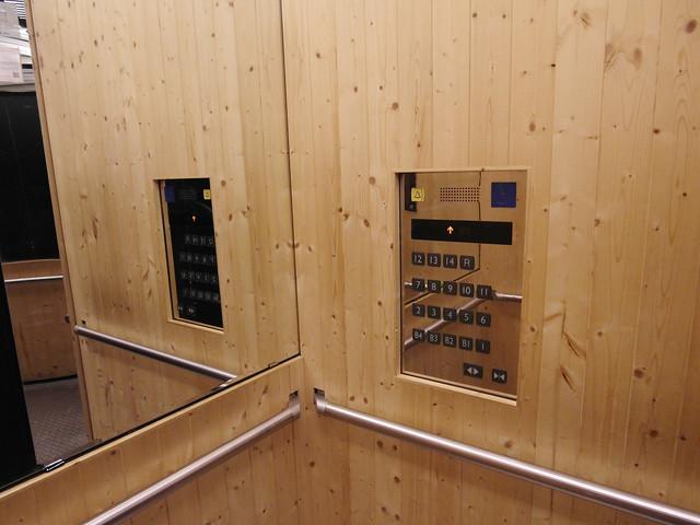 細節也用心,電梯裡貼了木片做整體視覺修飾,不是貼皮喔!@雀客旅館CHECK INN