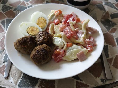 Nudelsalat, Frikadellen und Ei (vom Büfett auf der Feier des 50. Geburtstags eines Freundes)
