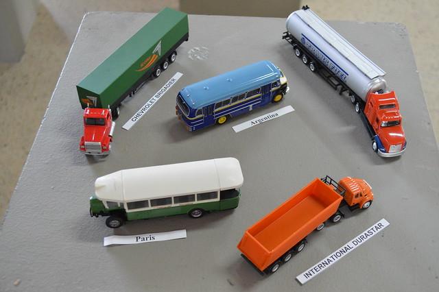 """Colección de """"Buses y camiones del mundo"""" en la Biblioteca de Bachillerato"""