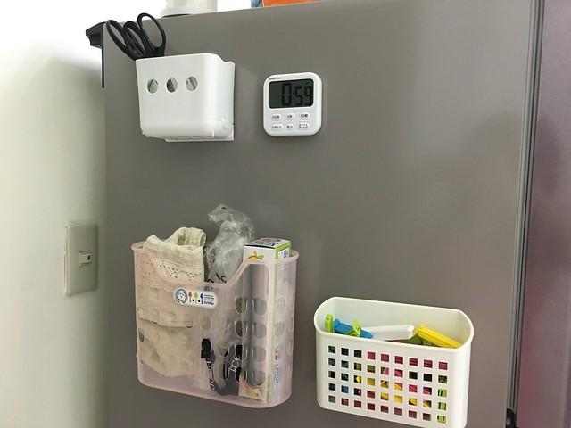 我們家冰箱上的違建們:左上角的磁鐵收納盒,拿來放剪刀和塑膠袋;右上角是計時器;左下角的磁鐵收納盒拿來放吸管、保鮮袋;右下角的磁鐵收納盒拿來放密封夾