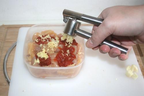 14 - Knoblauch hinzu pressen / Squeeze garlic