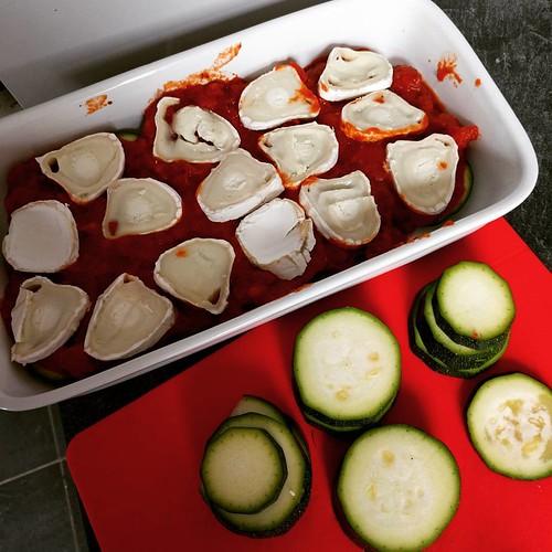 Dit is een superlekkere 'lasagne' geworden van schijfjes #homegrown courgette en geitenkaas, een pittig tomatensausje, en het geheel bestrooid met een restje feta. 🍴 En het goeie nieuws: er is nog een portie voor morgen! 😄🎉 #vegg