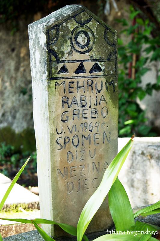 Надгробие на мусульманском кладбище