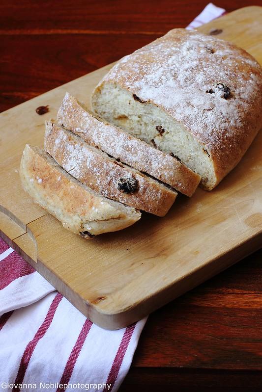 Ricetta delle pagnotte di grano kamut, farina di tipo 1, farina multicereali, germe di grano ed uva passa