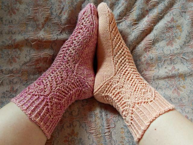 ажурные носки Sarang, связанные спицами | horoshogromko.ru