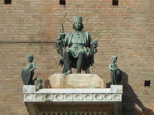 DSCN3747 _ Statue of Duca Borso d'Este (l) and Marchese Niccolo III d'Este (r), Palazzo Municipale, Ferrara, 17 October (detail)