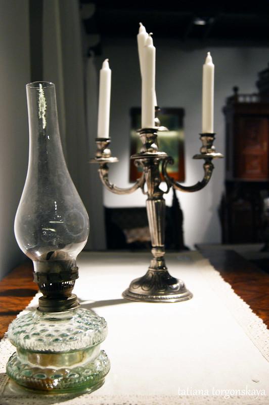 Керосиновая лампа и подсвечник