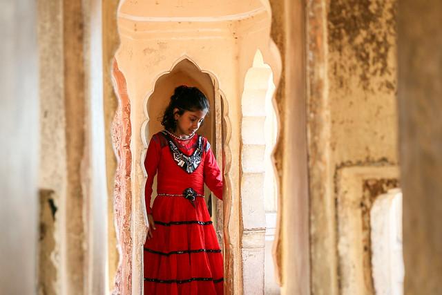 A girl in Hawa Mahal (Palace of Winds), Jaipur, India ジャイプール、風の宮殿で遊んでいた女の子