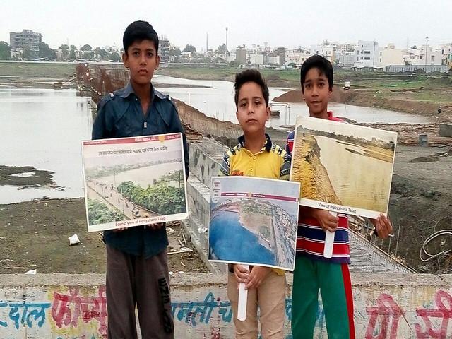पीपल्याहाना तालाब को बचाने के लिये बच्चे भी बढ़चढ़ कर हिस्सा ले रहे हैं